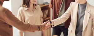 ビジネスシーンの「握手」の基本とマナー、知っていますか?