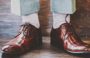 座っても、足を組んでも、素肌は見せない! 靴下は色と長さに気づかいを